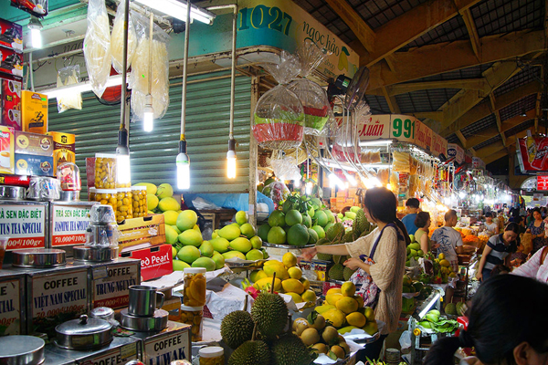 Vibrant shopping atmosphere in Ben Thanh Market