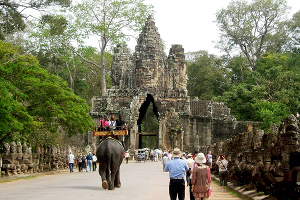 The gate of Angkor Thom - Tours to Indochina 20 Days