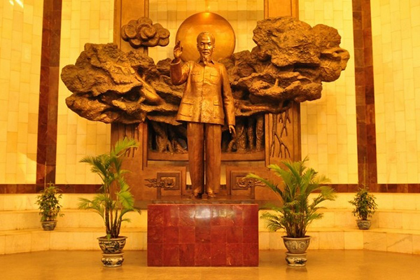 Ho Chi Minh statue placed behind the main entrance of museum