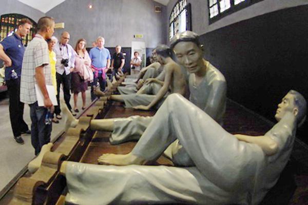 Prisoners statue in Hoa Lo prison