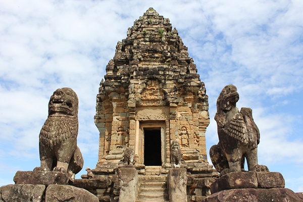 Statues and central tower in Bakong temple