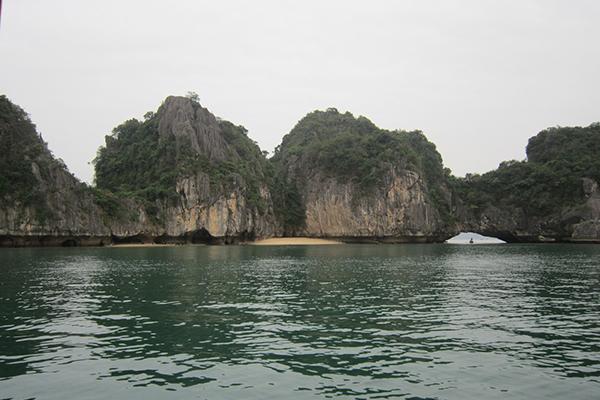 Three Peaches Beach – Ba Trai Dao , Ha Long Bay
