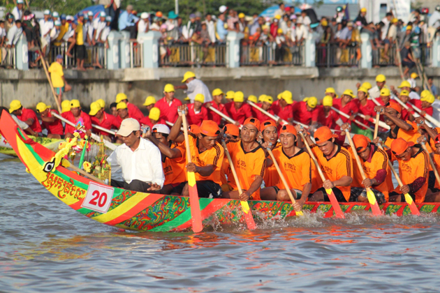 """""""Ghe Ngo"""" racing in Ok Om Bok Festival"""
