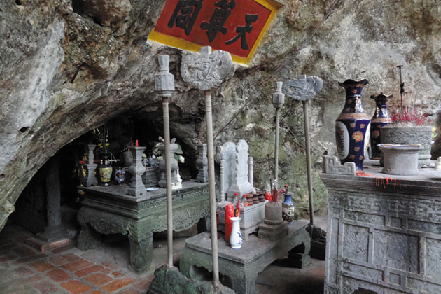 Worshiping space and altar in Thien Ton Cave
