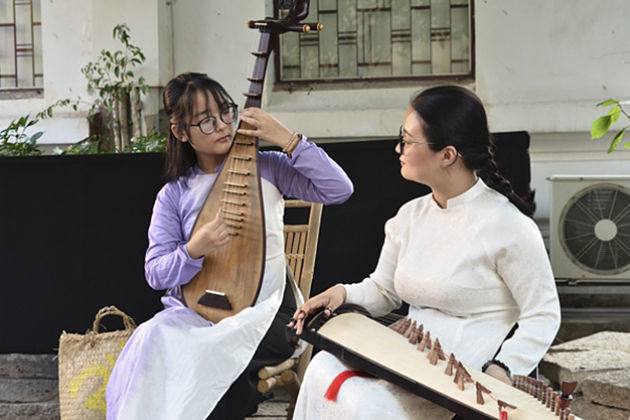 Dan Ty Ba Four-string Guitar vietnam traditional musical instruments