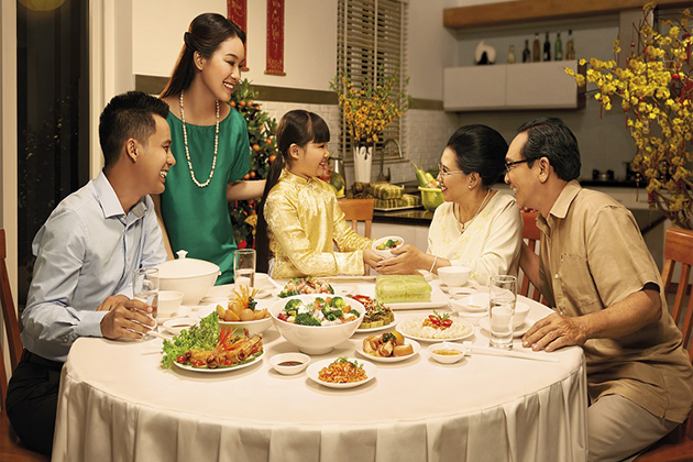 Three Vietnamese generations gather in the dinner