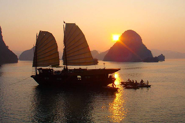 Travel by Cruise boat in Halong Bay