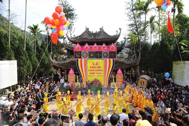Thousands of people join the traditional festival of Huong Pagoda