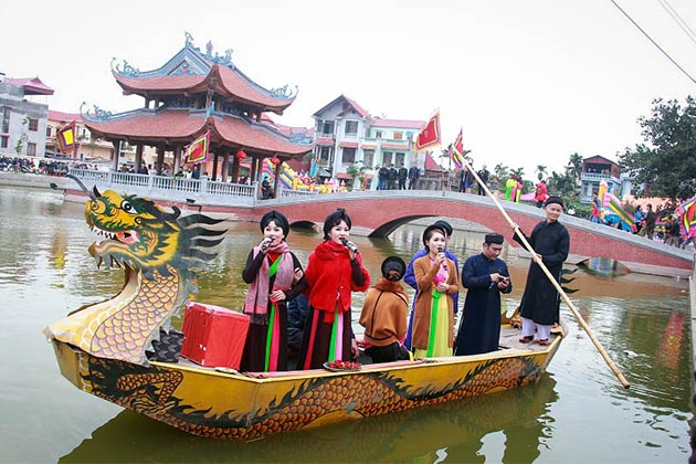 People sing Quan Ho Folk Song in Lim Festival