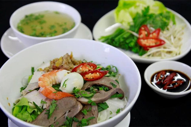 hu tieu and should not miss street food in the south of vietnam