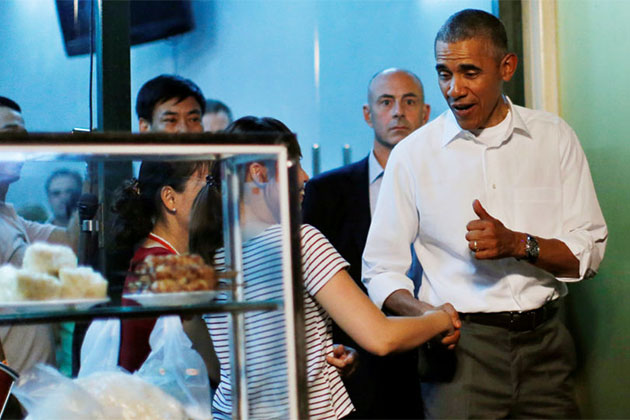president obama enjoy street food of bun cha northern vietnam