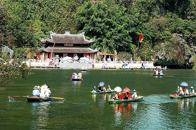 Boat trip in Trang An Ninh Binh – Indochina Tours