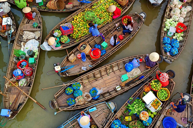 Explore floating market in Can Tho